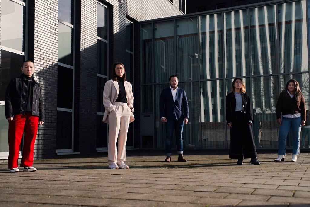 Maud, Amy, Wei Lun, Rui Jun en Tamara bij de notaris.